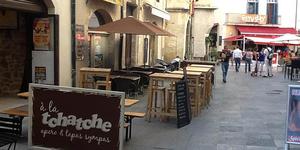 À la Tchatche Nîmes Chez Bertrand est un bar à vins incontournable en centre-ville qui propose des vins sélectionnés et des tapas savoureux.