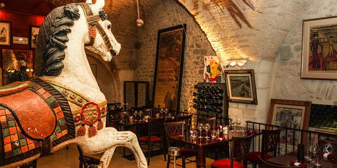 Le Wine Bar le Cheval Blanc Nîmes et son restaurant avec une cuisine fait maison est idéalement situé en centre-ville à proximité des Arènes et du Musée de la Romanité. (® wine bar le cheval blanc)