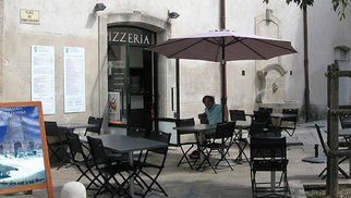 Pizzeria di Donna Nîmes propose des pizzas faites maison ( même la pâte!) à base de produits italiens à découvrir en centre-ville, en salle ou en terrasse.(® site Pizzeria di Donna)