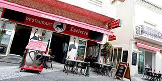 L'Encierro Grau du Roi est un restaurant de cuisine fait maison qui propose une carte de plats traditionnels avec des tables en terrasse pour les beaux jours.(® SAAM-fabrice Chort)