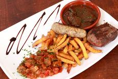 L'Encierro Grau du Roi est un restaurant de cuisine fait maison qui propose des recettes régionales à base de viande de taureau. Ici l'assiette taurine (® SAAM-fabrice Chort)